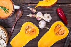 新鲜的南瓜切成了两半和南瓜汤 免版税库存图片