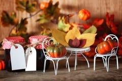 新鲜的南瓜在椅子的内部木室 免版税库存图片