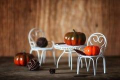 新鲜的南瓜在椅子的内部木室 免版税库存照片