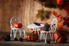 新鲜的南瓜在椅子的内部木室 图库摄影