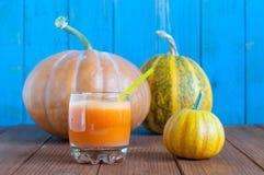 新鲜的南瓜汁用三个整个南瓜 免版税库存照片