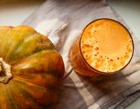 新鲜的南瓜汁用南瓜 免版税库存照片