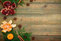 新鲜的可口石榴石、柑橘、桂香和茴香在木背景 新年概念圣诞节  复制空间 平的位置 顶层 库存照片