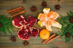 新鲜的可口石榴石、柑橘、桂香和茴香在木背景 新年概念圣诞节  平的位置 顶视图 免版税库存照片