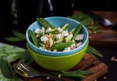 新鲜的可口黄瓜、绿豆、希脂乳和松果沙拉 免版税库存照片