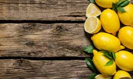 新鲜的叶子柠檬 在木背景 免版税图库摄影