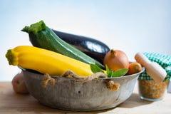 新鲜的各种各样的菜为装饰,汤,烹饪盘 图库摄影