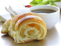 新鲜的吹新月形面包,咖啡可口早餐  库存图片