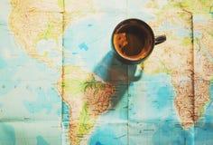 新鲜的咖啡与世界地图的在背景中 库存照片