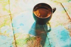 新鲜的咖啡与世界地图的在背景中 免版税库存照片