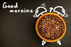 新鲜的咖啡和减速火箭的闹钟 工作的起来的概念 唤醒的早晨 免版税库存照片
