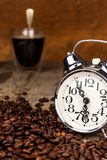 新鲜的咖啡和减速火箭的闹钟 工作的起来的概念 唤醒的早晨 免版税图库摄影