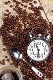 新鲜的咖啡和减速火箭的闹钟 工作的起来的概念 唤醒的早晨 库存图片