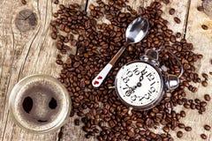新鲜的咖啡和减速火箭的闹钟 工作的起来的概念 唤醒的早晨 免版税库存图片