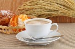 新鲜的咖啡和早晨在州奶油上添面包 免版税库存照片