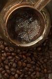 新鲜的咖啡在Cezve用豆(顶视图) 免版税库存图片