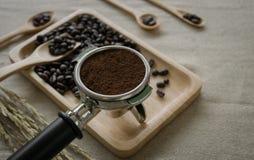 新鲜的咖啡豆和咖啡壶在桌面上准备了 图库摄影