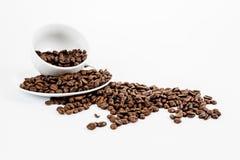 新鲜的咖啡豆和杯子 免版税库存图片