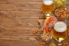 新鲜的啤酒和快餐 免版税库存图片