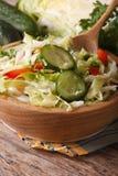 新鲜的圆白菜和黄瓜沙拉在碗 宏观垂直 免版税库存图片