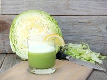 新鲜的圆白菜汁 免版税库存图片