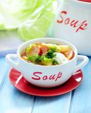 新鲜的圆白菜汤用香肠 库存图片
