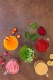 新鲜的圆滑的人用各种各样的水果和蔬菜 库存照片