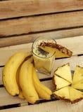 新鲜的圆滑的人由香蕉和菠萝制成 库存图片