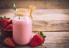 新鲜的圆滑的人草莓 图库摄影