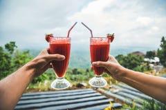 新鲜的圆滑的人草莓 免版税库存图片