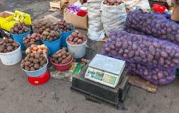 新鲜的土豆准备好待售在传统农夫市场上 库存图片