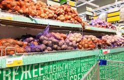 新鲜的土豆准备好待售在超级市场Lenta 库存照片