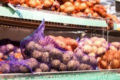 新鲜的土豆准备好待售在超级市场Lenta 库存图片