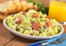 新鲜的土豆沙拉香肠 免版税库存图片