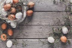 新鲜的在亚麻布,有机耕田背景的鸡红皮蛋 免版税库存图片