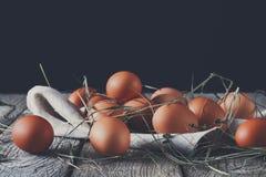 新鲜的在土气木头,有机耕田概念的鸡红皮蛋 免版税库存图片