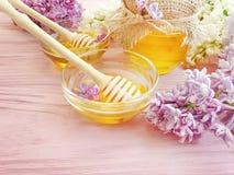 新鲜的在木背景生气勃勃的蜂蜜淡紫色花 图库摄影