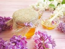 新鲜的在木背景的蜂蜜淡紫色花 库存照片