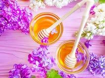 新鲜的在木背景的蜂蜜自然淡紫色花 免版税图库摄影