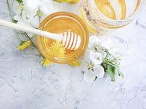 新鲜的在灰色具体背景的蜂蜜点心樱桃有机收获开花 库存照片