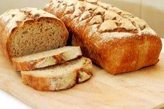 新鲜的在白色背景隔绝的发酵母家制面包 免版税库存照片