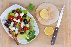 新鲜的地中海沙拉、柠檬和皮塔饼面包 库存照片