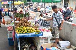 新鲜的地方果子出售在街道上的在曼谷 免版税库存照片