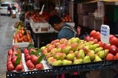 新鲜的地方果子出售在街道上的在曼谷 免版税库存图片