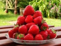 新鲜的堆成熟草莓 库存照片