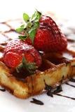 新鲜的堵塞草莓奶蛋烘饼 免版税库存照片