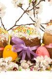 新鲜的复活节蛋糕用五颜六色的装饰鸡蛋和春天流动 免版税库存照片
