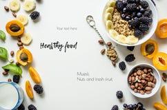 新鲜的夏天果子、muesli、坚果和五谷创造性的布局在白色背景与空间文本的 免版税库存图片