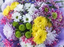 新鲜的夏天花花束在农厂市场上 库存照片