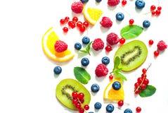 新鲜的夏天莓果和果子在白色 免版税图库摄影